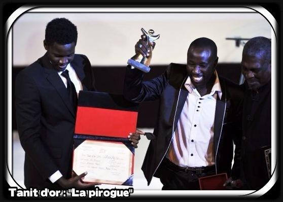 voir le zoom : Les acteurs sénégalais Babacar Oualy (2e D) et Laity Fall (G) couronnés pour le film  La Pirogue  lors des Journées cinématographiques de Carthage à Tunis, le 24 novembre 2012