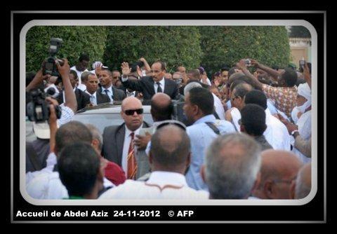 voir le zoom : Le président mauritanien Mohamed Ould Abdel Aziz salue la foule lors de son retour à Nouakchott, le 24 novembre 2012