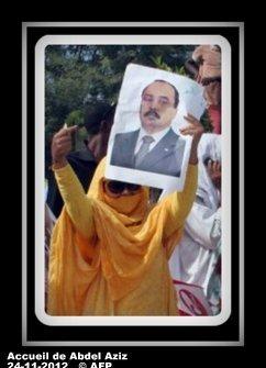 voir le zoom : Une femme brandit le portrait du président mauritanien Mohamed Ould Abdel Aziz lors de son retour à Nouakchott, le 24 novembre 2012