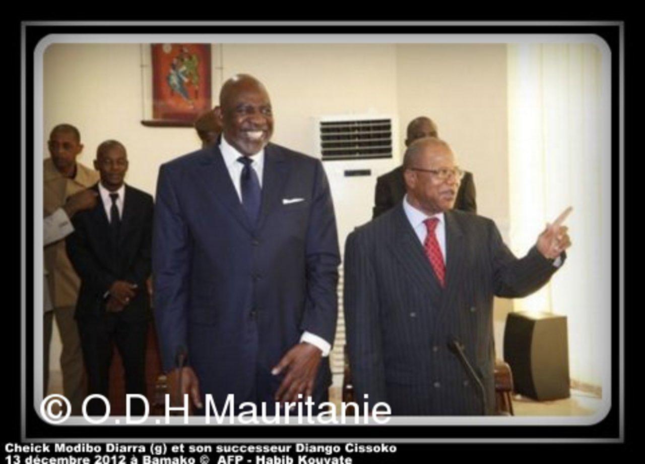 voir le zoom : L'ex-Premier ministre malien Cheick Modibo Diarra (g) et son successeur Diango Cissoko arrivent en conférence de presse pour la passation de pouvoirs, le 13 décembre 2012 à Bamako