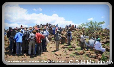 voir le zoom : Des salariés de la mine d'or sud-africaine d'AngloGold Ashanti, le 17 octobre 2012 à Carletonville