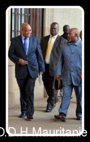 voir le zoom : Le président sud-africain Jacob Zuma (G) à Pretoria pour des discussions avec les partenaires sociaux sur la crise dans les mines, le 17 octobre 2012