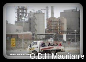 voir le zoom : Des mineurs passent devant la mine de platine de Marikana, dans le nord de l'Afrique du Sud, le 27 août 2012