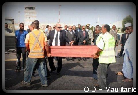 voir le zoom : Le président mauritanien Mohamed Ould Abdel Aziz (c) observe le cercueil d'un des neuf Mauritaniens tués au Mali, le 12 septembre 2012 à l'aéroport de Nouakchott
